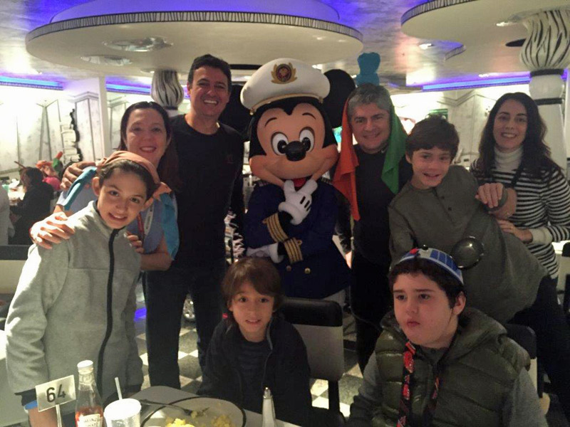 Café com o Mickey e outros personagens no Disney Wonder