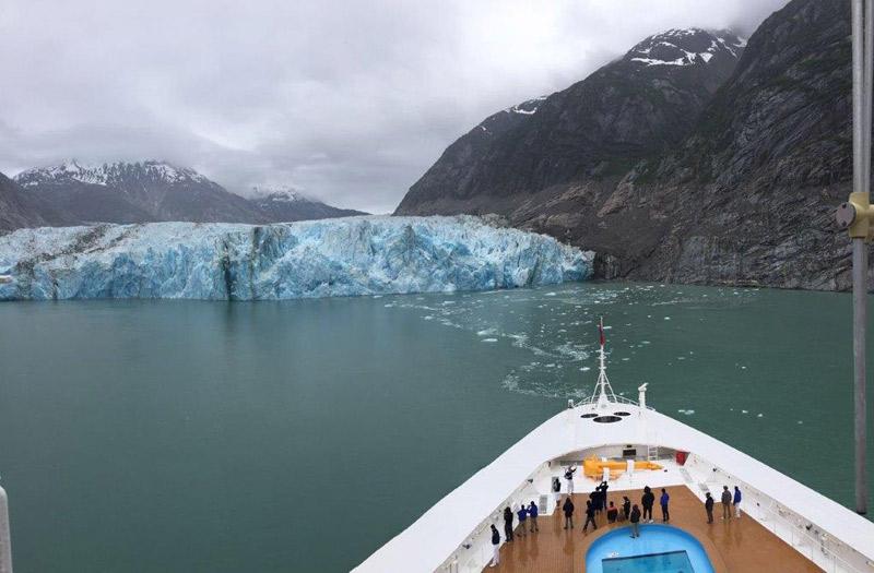 O navio chegando pertinho da geleira