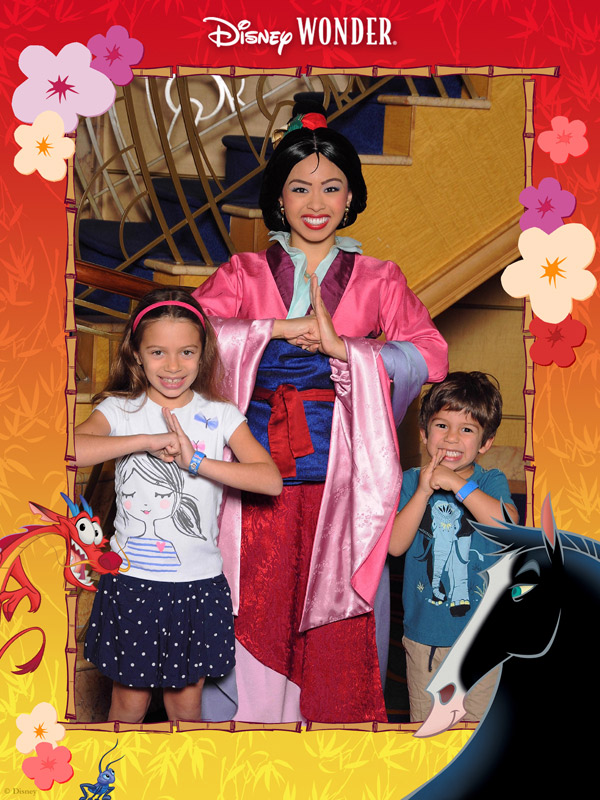 Com a Mulan no Disney Wonder, e a moldurinha decorada