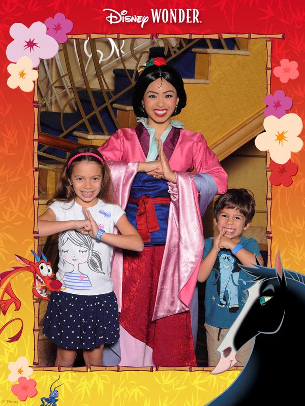 Com a Mulan no Disney Wonder, e a moldurinha decorada