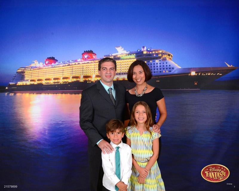 Com o painel do navio ao fundo no Disney Fantasy