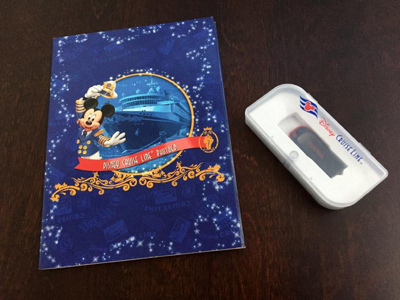 O CD que recebemos com todas as fotos do Disney Wonder e o USB com todas as fotos do Disney Fantasy