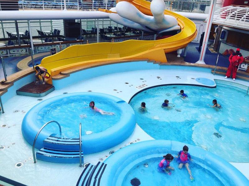 As crianças curtiram a piscina mesmo não estando calor