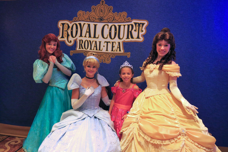 Julia no chá com as princesas Royal Court Royal Tea no Disney Fantasy