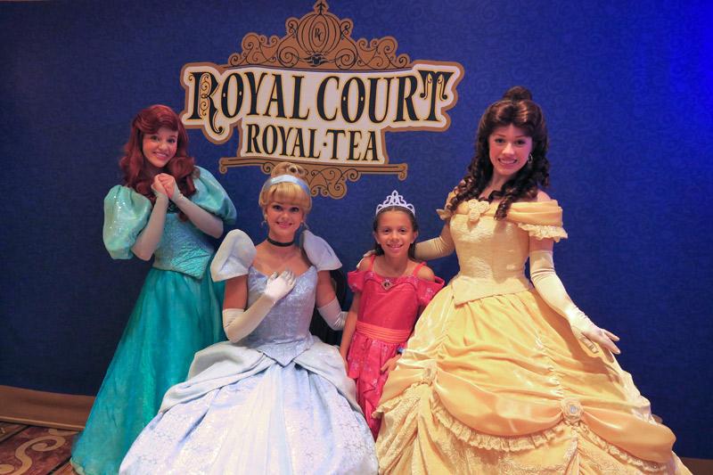 Julia no chá com as princesas Royal Court Royal Tea no Disney Fantasy