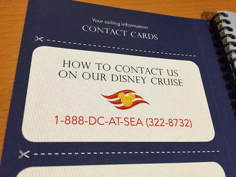Cartão de contato de emergência do cruzeiro Disney com o número para ligar para um navio da Disney
