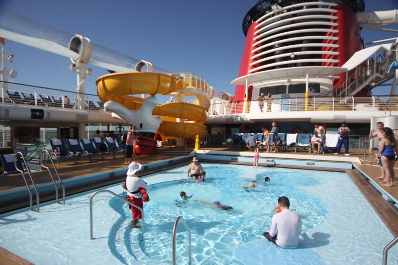 Piscina mais tranquila no dia de embarque do Disney Dream