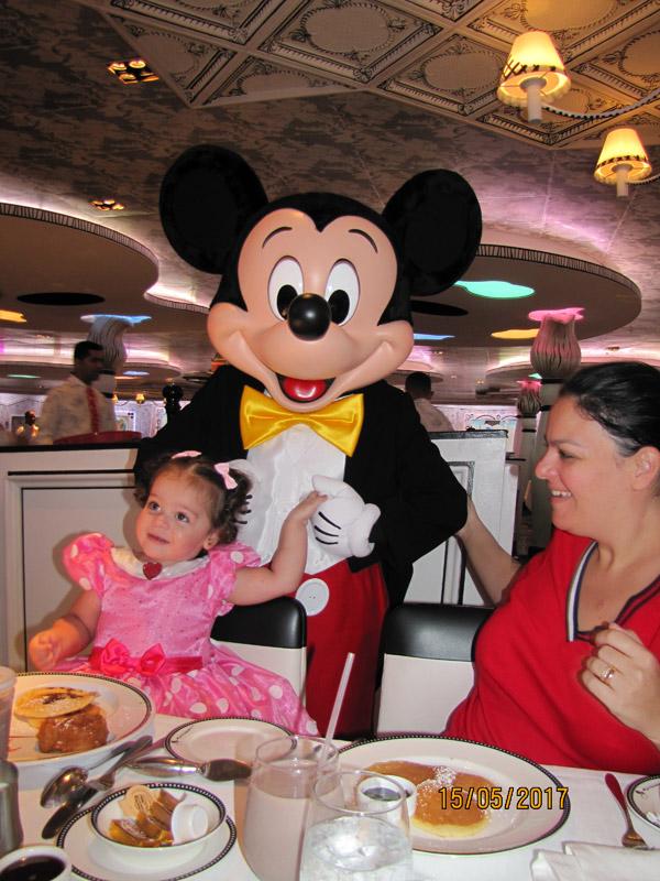Café com personagens durante o cruzeiro Transatlântico no Disney Magic