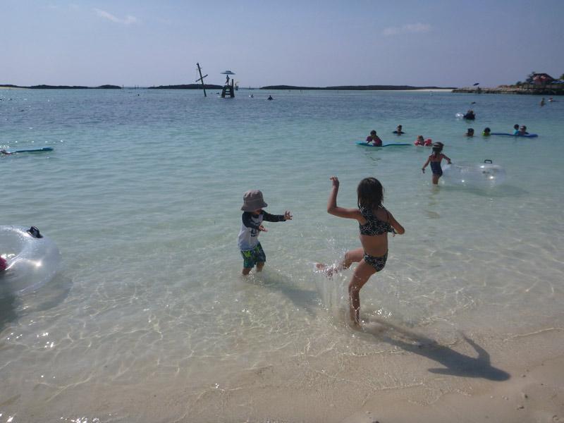 Julia e Eric curtindo a praia em Castaway Cay em março
