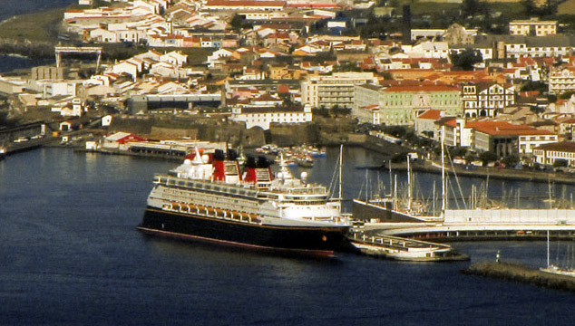 Disney Magic em Ponta Delgada, Portugal, durante o Transatlântico