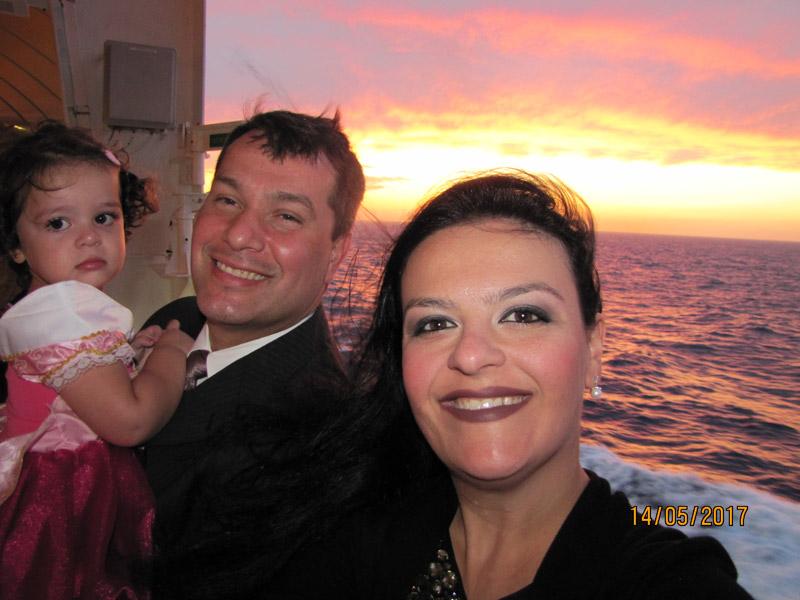 Lu e família prontos pra noite formal no cruzeiro Transatlântico no Disney Magic