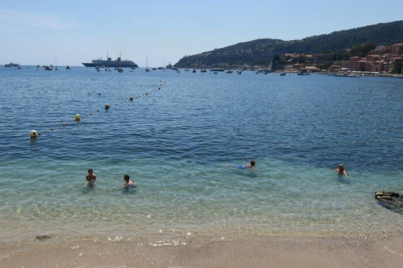 Cruzeiros Disney no verão de 2021: o Disney Magic ancorado visto da Praia des Marinieres, em Villefranche-sur-mer