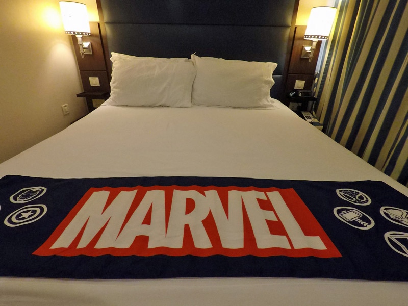 Decoração da cabine no dia Marvel no cruzeiro Disney