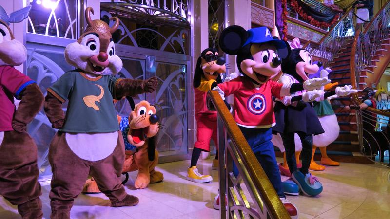 Personagens Disney com roupinhas Marvel no dia Marvel no cruzeiro Disney