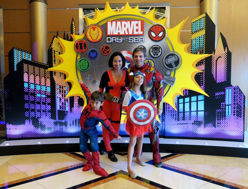 Nós fantasiados no dia Marvel no cruzeiro Disney
