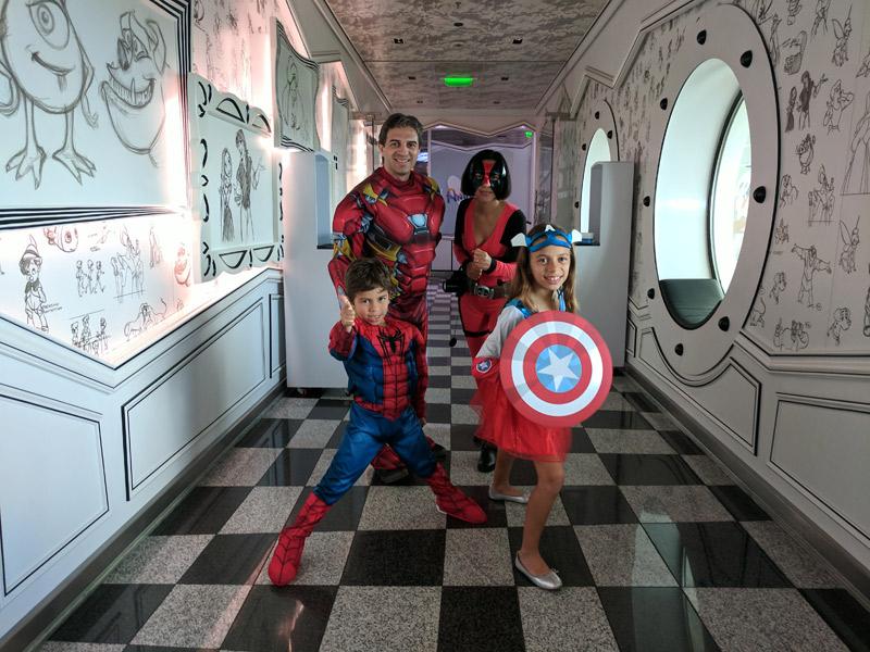 Nossa família fantasiada para o dia Marvel no cruzeiro Disney