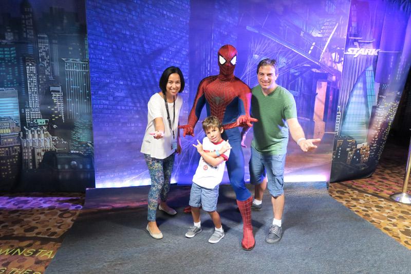 Tirando foto com o Homem Aranha no dia Marvel no cruzeiro Disney