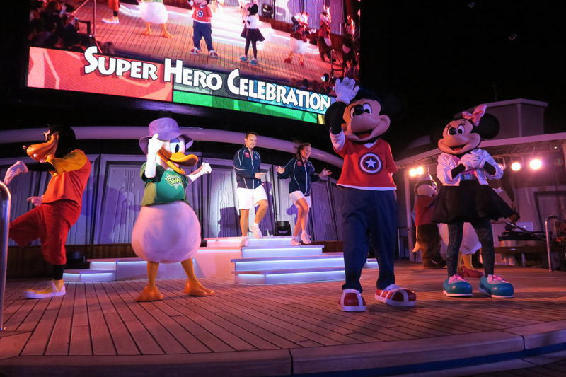 Mickey e sua turma no show do dia Marvel no cruzeiro Disney