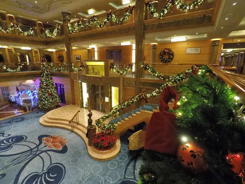O Disney Wonder enfeitado pro Natal em um cruzeiro saindo de Galveston, Texas
