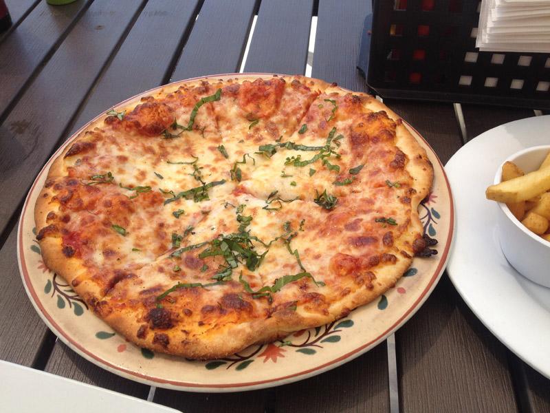 passeio nas Ilhas Cayman: pizza no Royal Palms