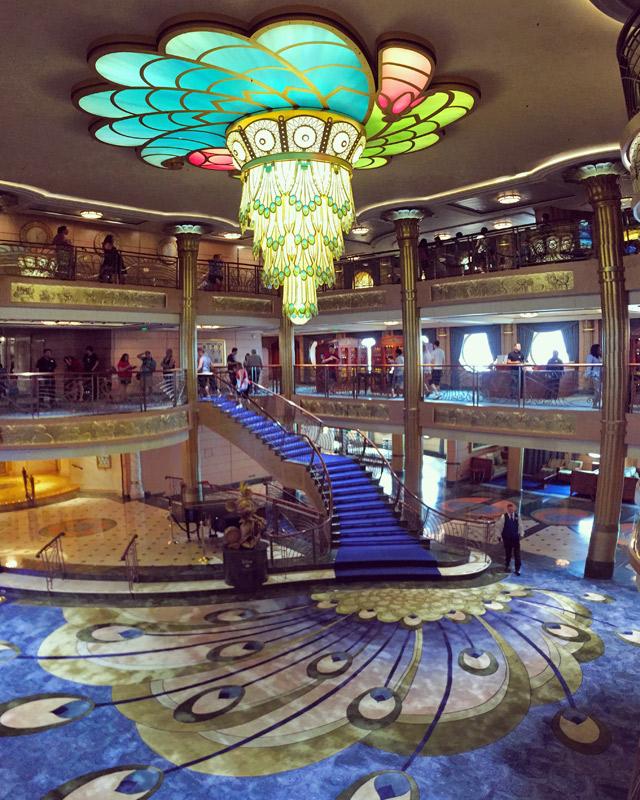O átrio do navio Disney Fantasy