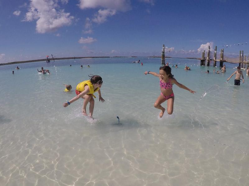 Julia e Lucas aproveitando a praia em Castaway Cay em outubro