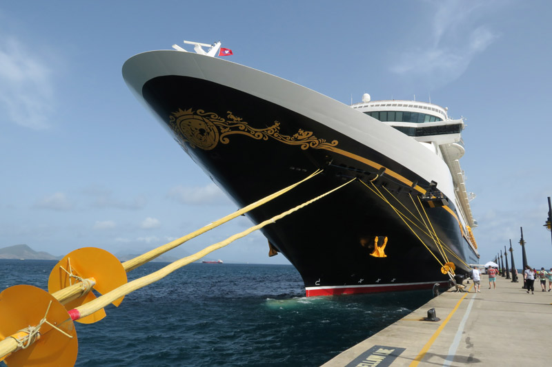 O navio Disney Fantasy no porto de St Kitts