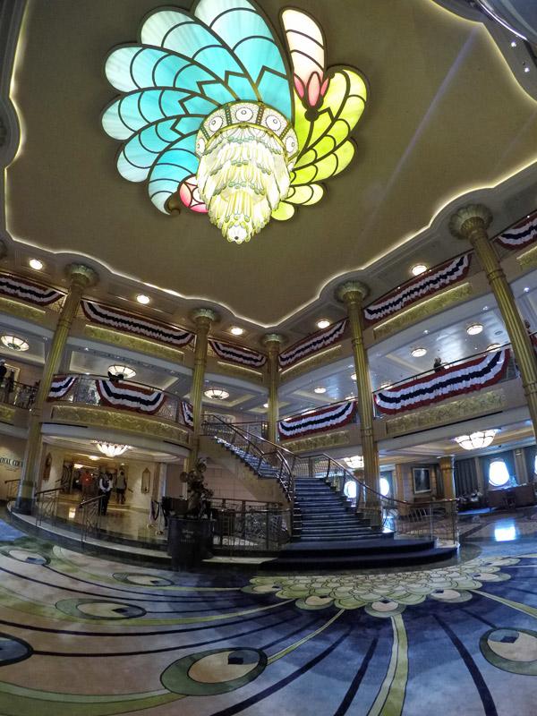 O lobby do navio Disney Fantasy