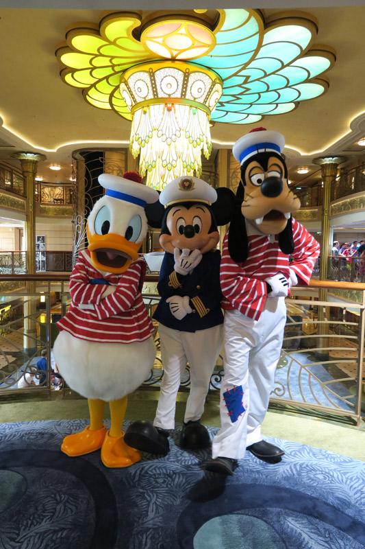 Trio de personagens durante o Cruzeiro de 11 noites no Disney Fantasy