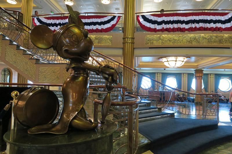 Estátua da Minnie no lobby do navio Disney Fantasy