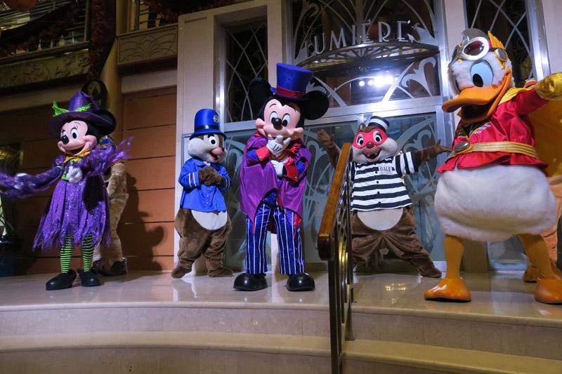 Mickey e sua turma fantasiada na festa de Halloween