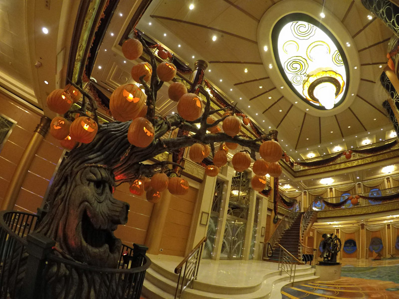 O lobby do Disney Magic no Halloween