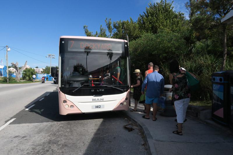O ônibus pra voltar pro Dockyard, em Bermuda