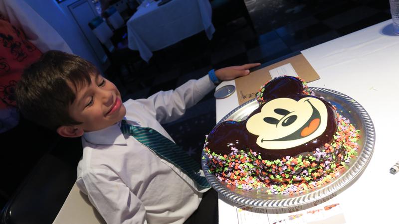 Gifts and Amenities: bolo do Mickey que encomendei pro aniversário do meu filho a bordo