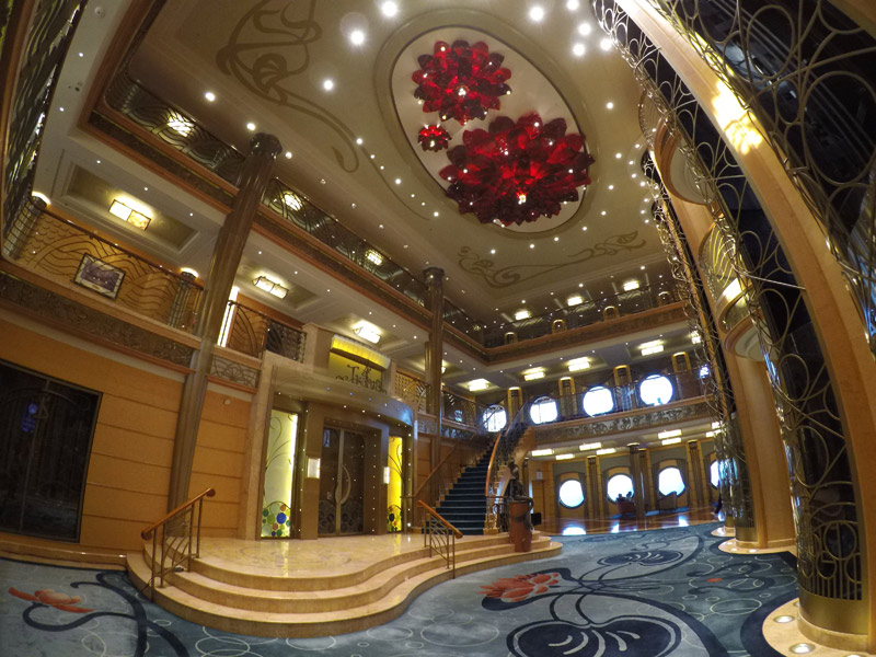 O lobby do navio Disney Wonder, tema de fundo do mar