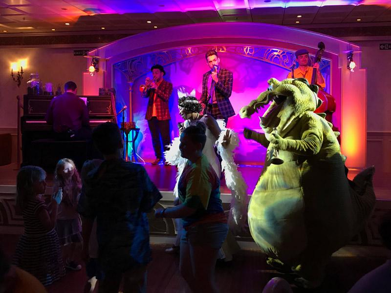 Tiana dançando no Tiana's Place no navio Disney Wonder