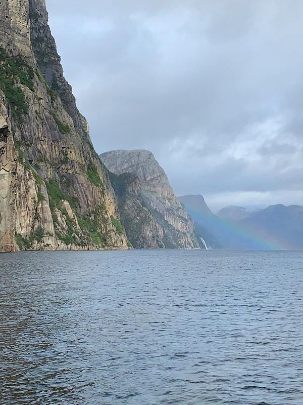 Um arco íris durante o passeio pelo Lysefjord