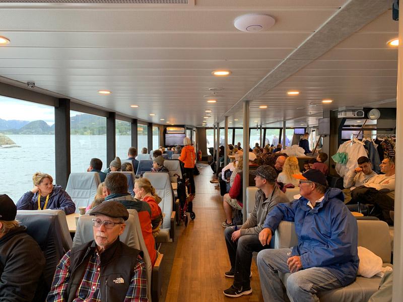 barco-do-passeio-no-lysefjord-noruega