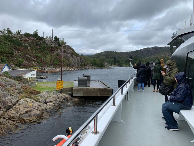 barco-entrando-no-fiorde-na-noruega