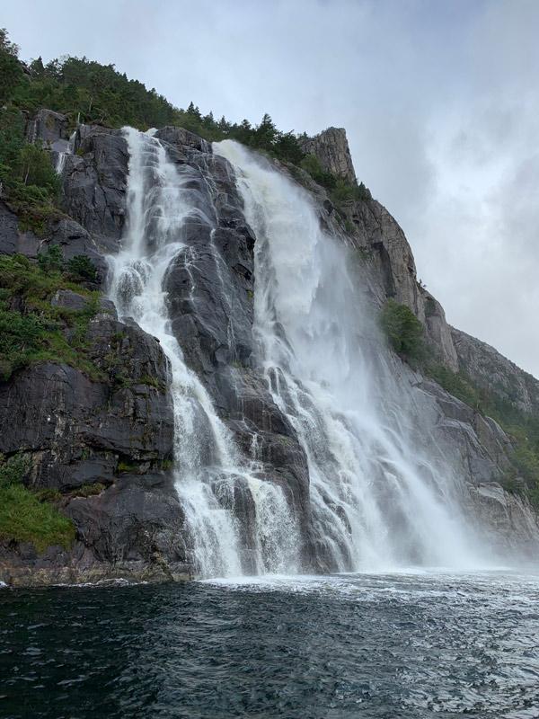 Hengjanefossen, cachoeira no Lysefjord
