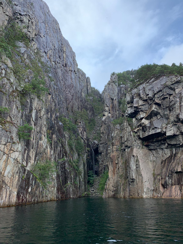 cruzeiro-da-disney-na-noruega-cachoeira-no-lysefjord