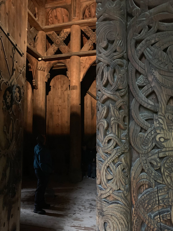 dentro-da-igreja-de-gol-folkemuseum-oslo