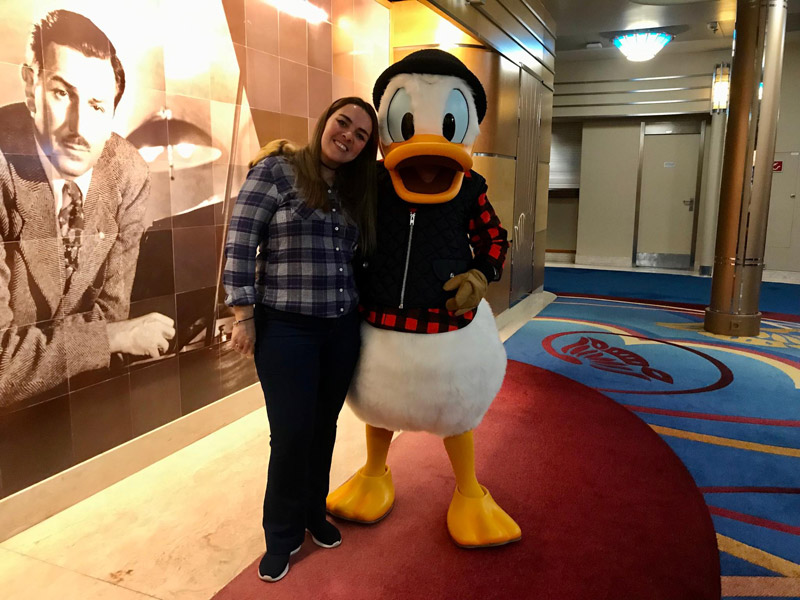 Fernanda com o Pato Donald no Disney Wonder