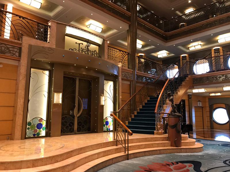 Restaurante Triton's no lobby do Disney Wonder