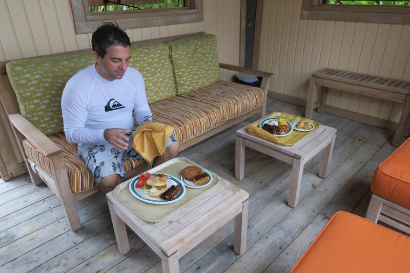 Gabe almoçando na nossa Cabana em Castaway Cay