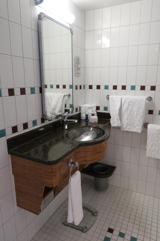 cabine-concierge-adaptada-no-disney-dream-banheiro