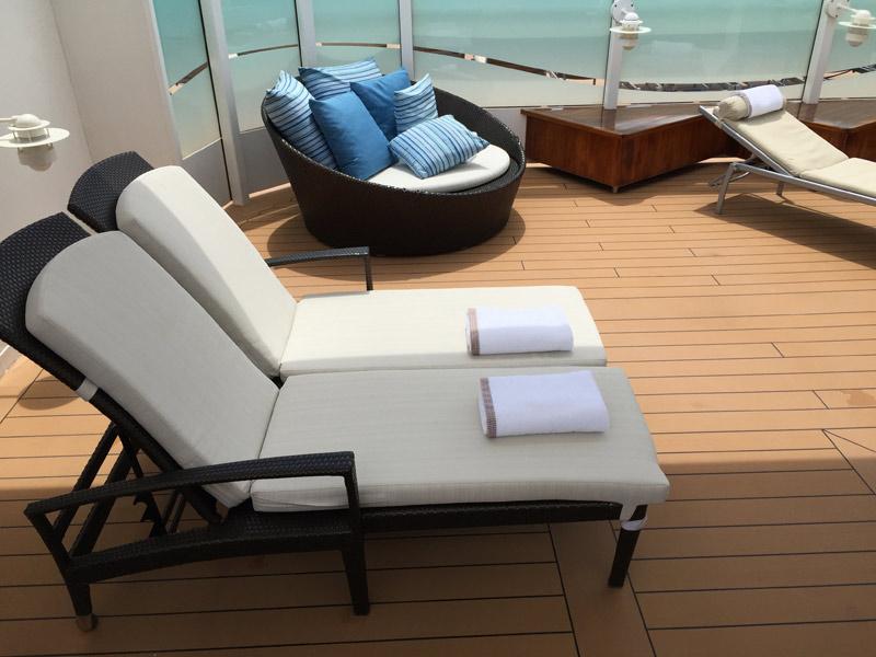 Cadeiras confortáveis no Concierge Sun Deck