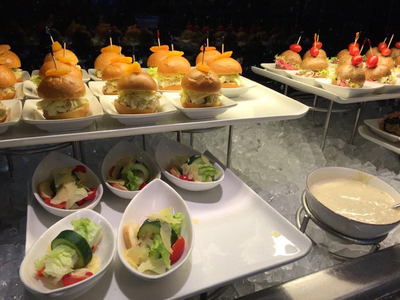 Sanduichinhos e saladas na hora do almoço no Concierge Lounge