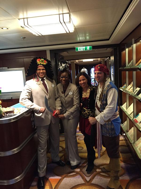 Benefícios da Cabine Concierge nos cruzeiros Disney: os Concierges! Nós com 2 dos 3 Concierges no dia da festa do Pirata