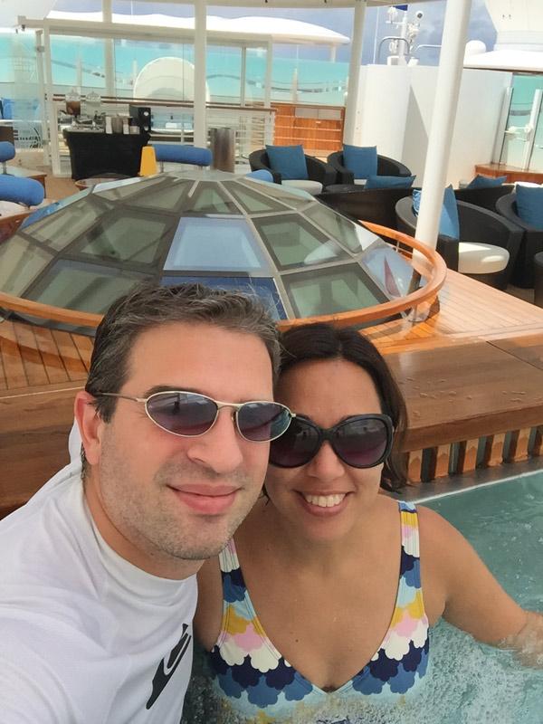 Eu e o Gabe curtindo a hot tub no Concierge Sun Deck